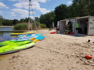 Kayaks und SUP-Boards am Strand